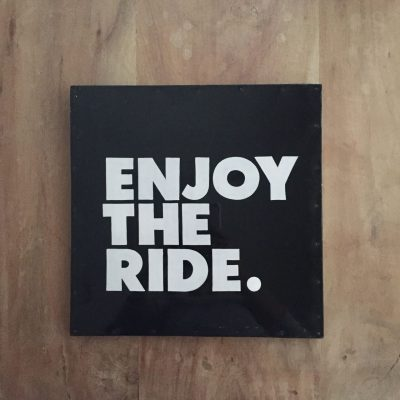 enjoy the ride tekstbord - boardcadeau van sportcadeautjes