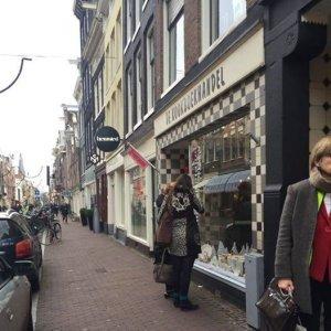 Wintersport etalage in Amsterdam bij kookboekhandel - sportcadeautjes